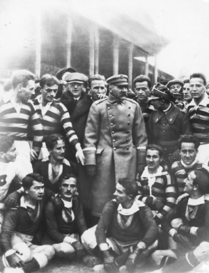 1924. Józef Piłsudski among Wisła players. Wisła had that day the second outfit of shirts with red and blue stripes.