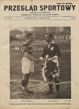 The second outfit two years later, but the number of stripes is different. Picture presents Henryk Reyman (left) before the game with Polonia Warszawa.